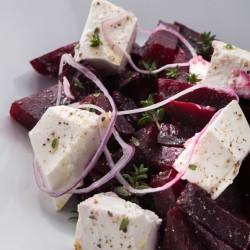 Салат из печеной свеклы с мягким сыром и оливковым маслом из ресторана ОТТО