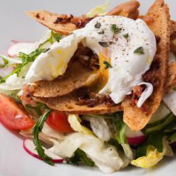 Салат из свежих овощей с яйцом пашот и тостами с беконом из ресторана ОТТО