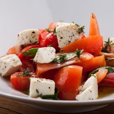 Салат из помидоров с адыгейским сыром и тимьяном из ресторана ОТТО